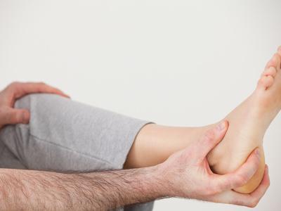 Какие причины имеет боль в стопе сбоку с внешней стороны при ходьбе и лечение