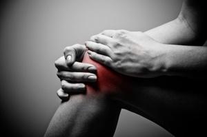 Почему болит колено при сгибании и ходьбе