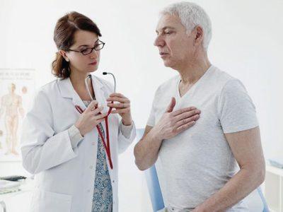 Давит в грудине посередине (тяжело дышать): причины неприятных ощущений