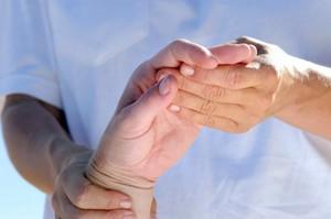 Почему болит запястье руки