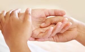 Почему болит кисть правой руки: возможные причины и лечение.